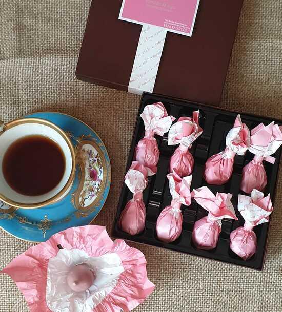 Фото №2 Инжир с трюфельным кремом на основе белого шоколада с ликером Марк де Кава в рубиновом шоколаде №8 (Rabitos royale ruby 142 g)