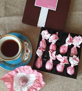 фото Инжир с трюфельным кремом на основе белого шоколада с ликером Марк де Кава в рубиновом шоколаде №8 (Rabitos royale ruby 142 g)